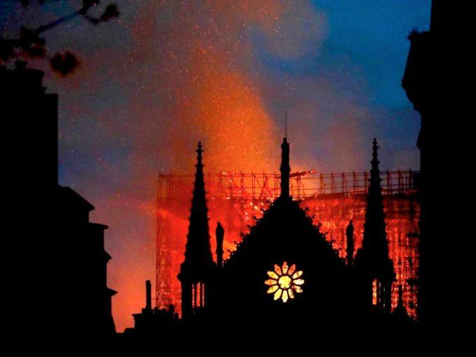 Notre-Dame: brucia il cuore di Parigi