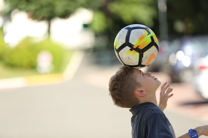 """Theo e il suo adorato pallone da calcio nel film """"Un sogno per papà"""""""