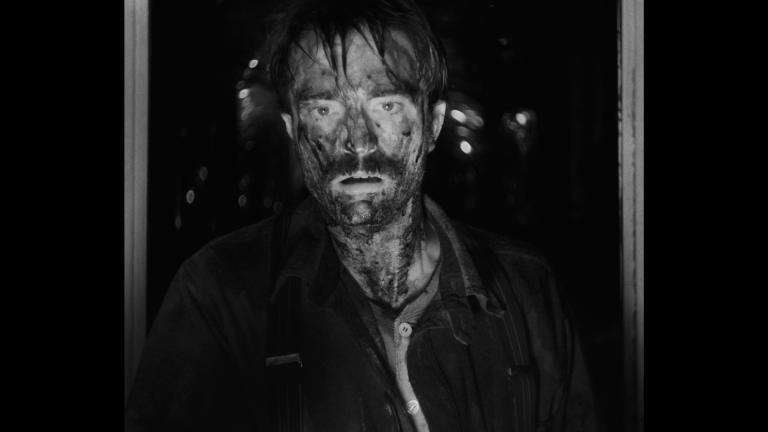 Robert Pattinson (Ephraim Winslow) in una scena finale del film.