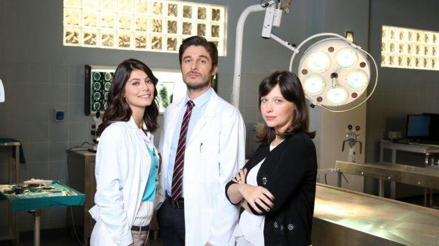 Alessandra Mastonardi interpreta Alice Allevi e Lino Guanciale interpreta Claudio Conforti, qui nella foto insieme ad Alessia Gazzola la scrittrice di Questione di Costanza