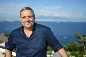 Maurizio de Giovanni, autore di Una domenica con il commissario Ricciardi